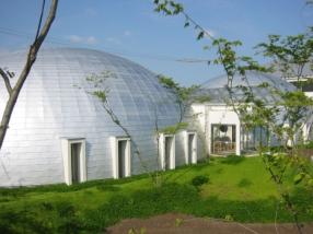 丸いドーム型になっている、独特の形のショールーム。