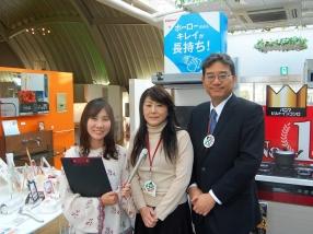 今回ショールームを案内してくれた、スタッフの山本さん(写真中央)。