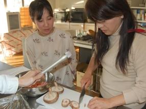 レディオモモの太田アナウンサー(写真左)も料理に挑戦!
