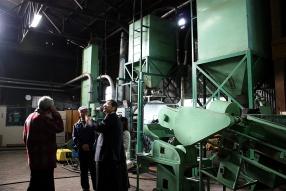 麹を作る部屋には大きな機械が並ぶ。