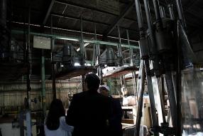 巨大なプレスする機械。搾った後のもろみはペラペラの板状に。