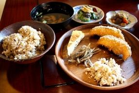 ご飯、汁物、おばんざいバイキングに加え、食後にはミニデザートも付きます。