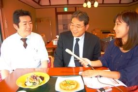 かに料理専門店、甲羅本店料理長の小寺さん。キクラゲを使ったレシピを教えてくれました。