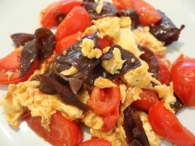 トマトと卵と炒めれば、定番の中華料理に。