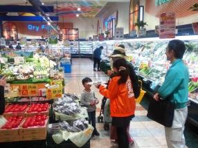 試食販売では、大人から子どもまで幅広い年代の方に好評でした。