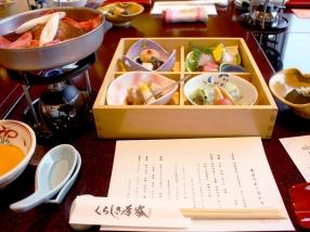 席に着くと、吉祥肴の胡麻豆腐、松花堂、温物のすき焼きが次々に運ばれてきました。