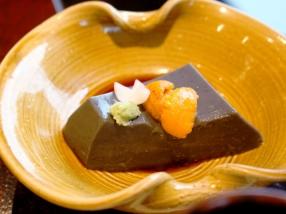 手作りの胡麻豆腐の上に、生ウニと百合根、ワサビをトッピング。<br /> まったりとコクのあるおいしさがクセになりそう。