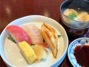 握り寿司は本マグロ、エビ、煮穴子の三種類。だし巻き玉子焼きと、ガリが添えられていました。<br /> ネタはどれも分厚く、食べ応えがあります。
