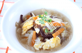 きのこたっぷり!白菜ときくらげの中華春雨スープ