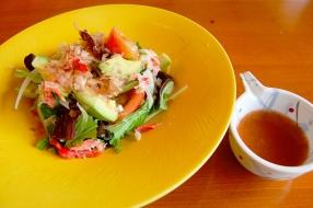 きくらげとアボカドと蟹のサラダ。写真右が梅ドレッシング。
